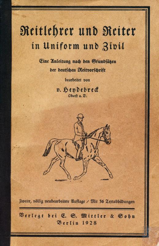 Reitlehrer und Reiter in Uniform und Zivil